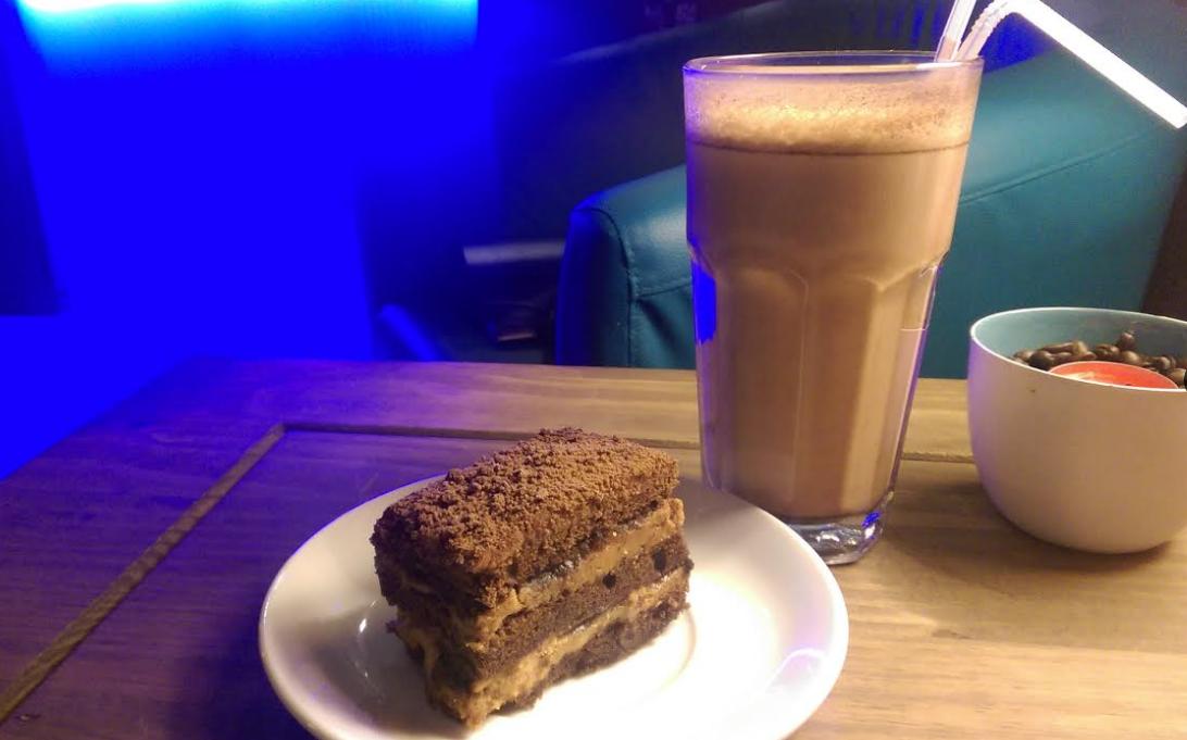 """Какао + шоколадно-банановый торт в кофейне """"Sherlock"""" за 4 руб."""
