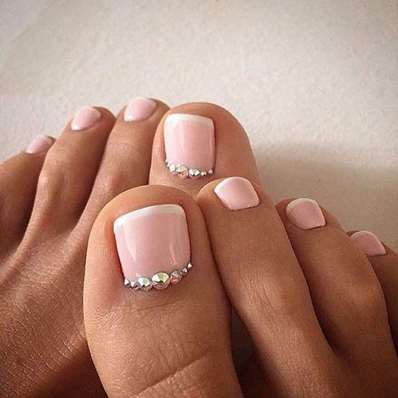 Розовый лак на ногтях ног