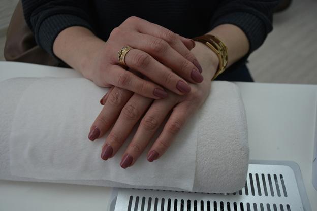 Классический обрезной маникюр/гигиенический педикюр + долговременное покрытие от 7 руб.