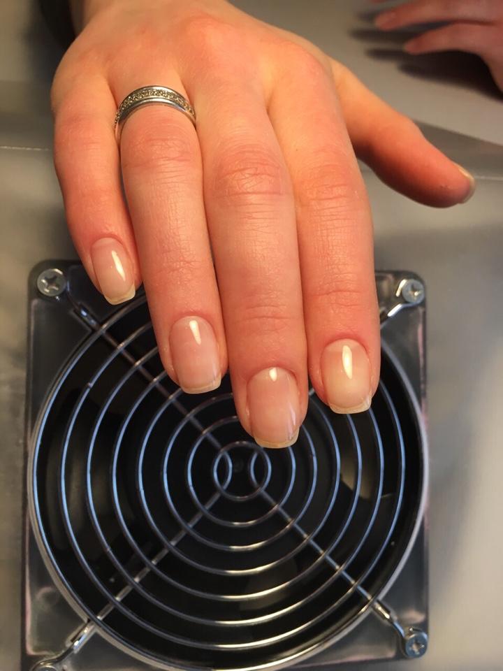 """Маникюр, педикюр, покрытие ногтей, моделирование бровей от 10 руб. в салоне-парикмахерской """"Монро"""""""