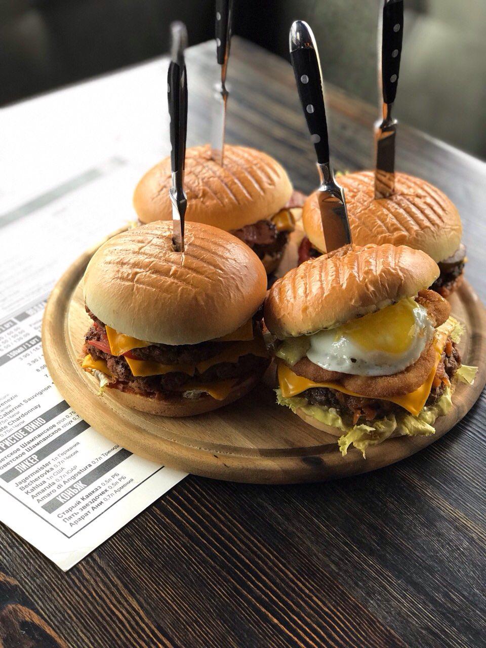 """Сэндвичи, куриные крылышки, бургеры, ассорти к пенному напитку в """"Бар#ПП"""" от 4 руб."""