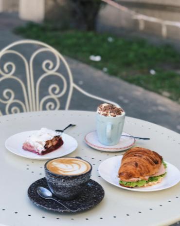 """5 сетов: чай/кофе + десерт от 4 руб. в кофейне """"Белый чемодан"""""""