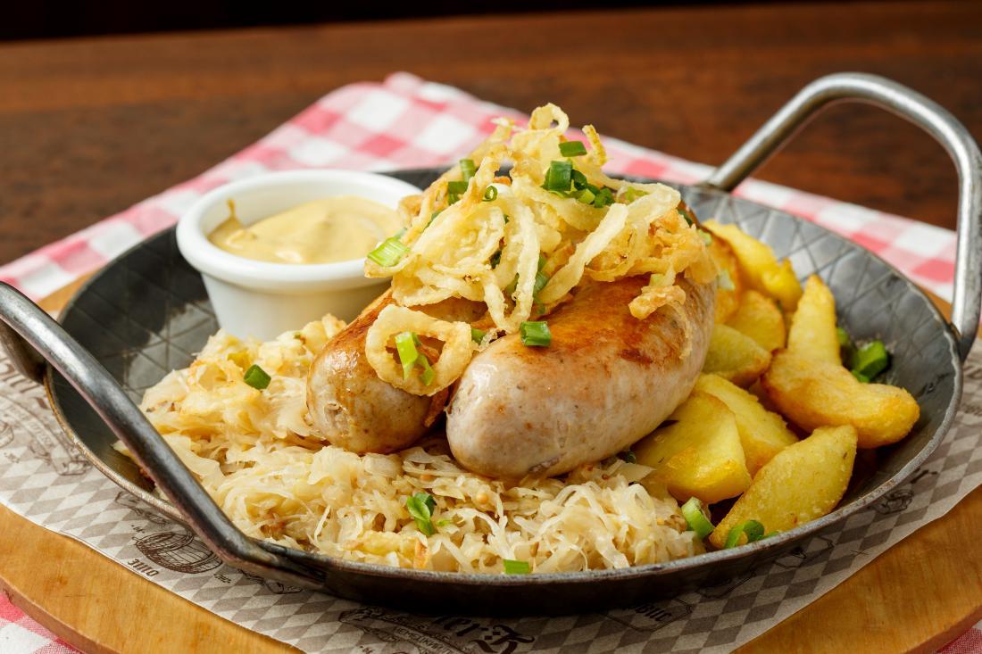 """Колбаски, сытные блюда, соленья в """"BierKeller"""" от 7,50 руб."""