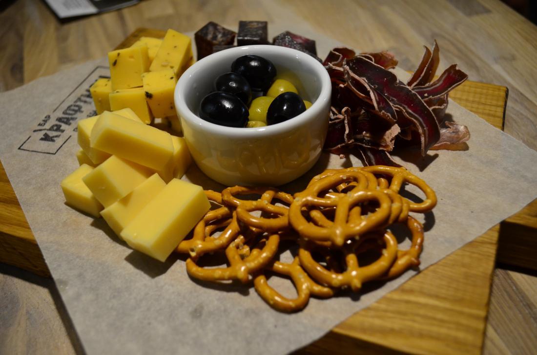 """Горячие и холодные закуски, снеки, бутерброды и др. за полцены в баре """"Крафтмэн"""""""