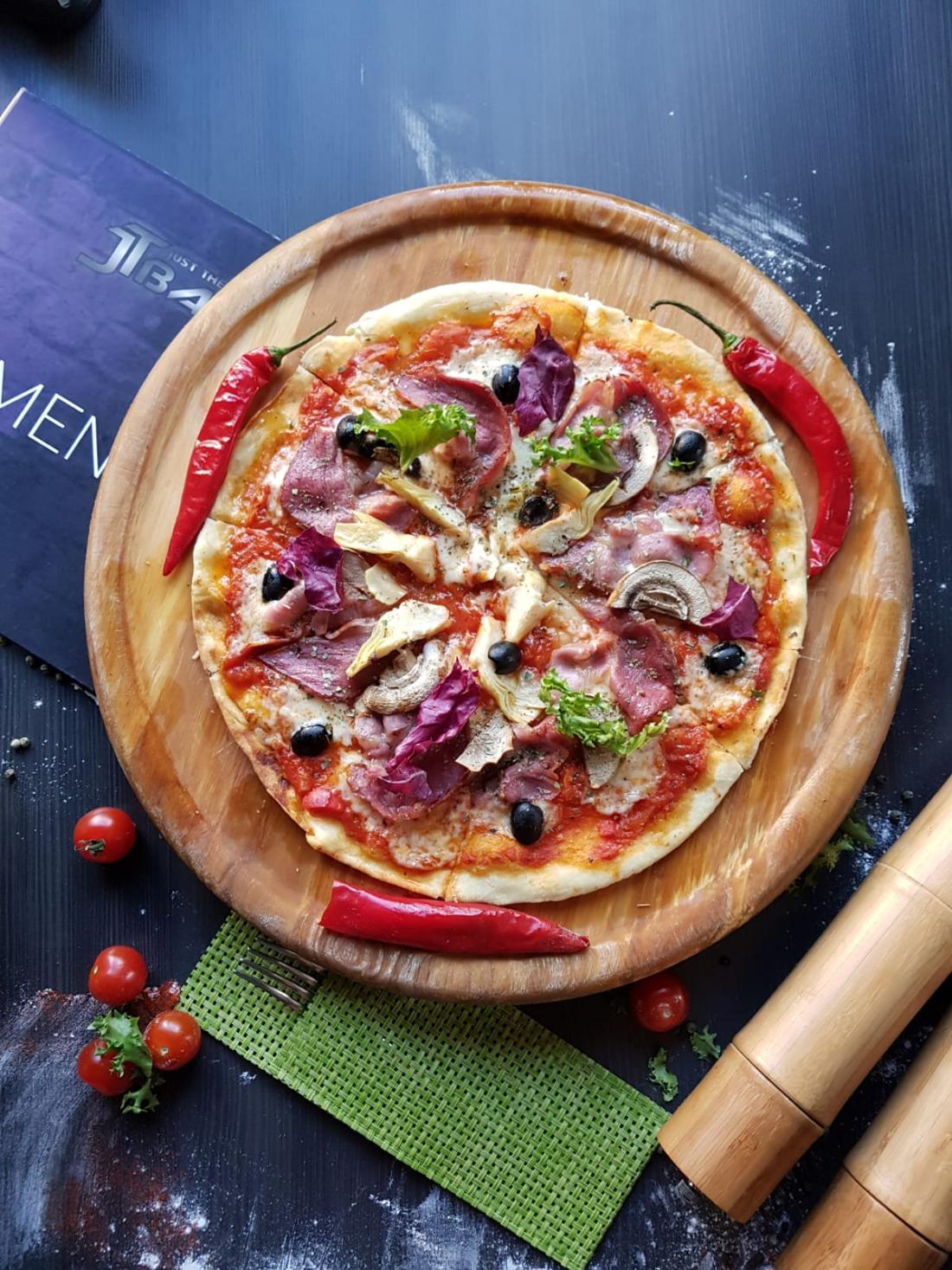 """4 пиццы на выбор в """"JT Bar"""" всего от 6,75 руб."""