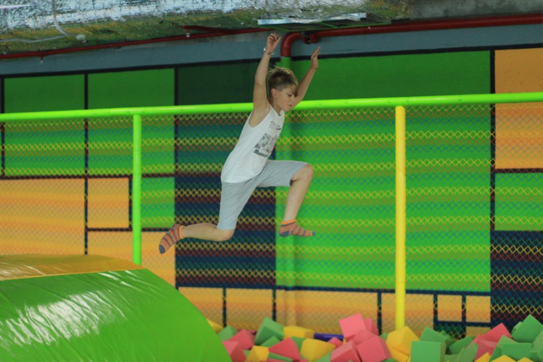 """Прыжки на батуте для детей и взрослых за 5 руб/час в батутной арене """"Zkidz"""""""