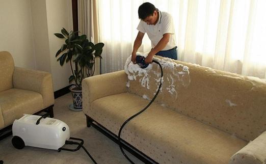 Как почистить ковры и мягкую мебель в