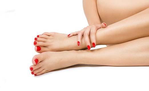 Ножки с красным педикюром